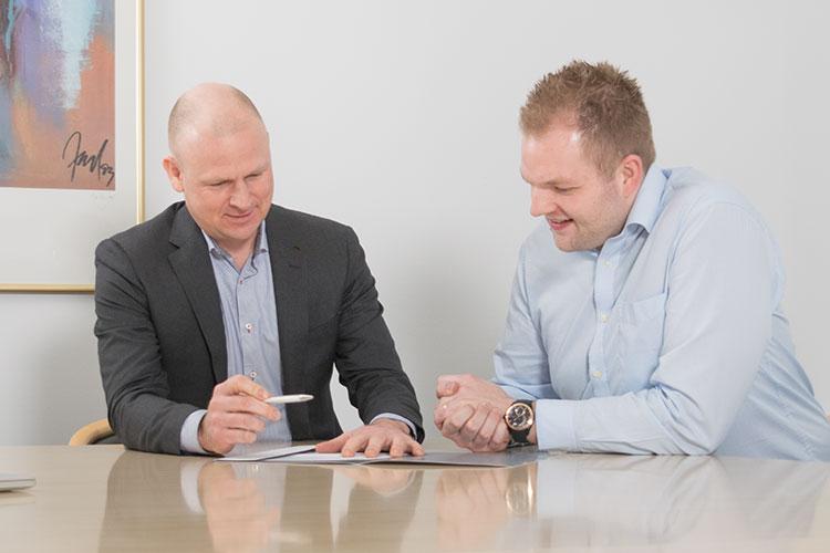 Brian og Dennis drøfter prototype